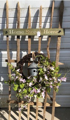 Tabacco fence with wreath and home sweet home sign